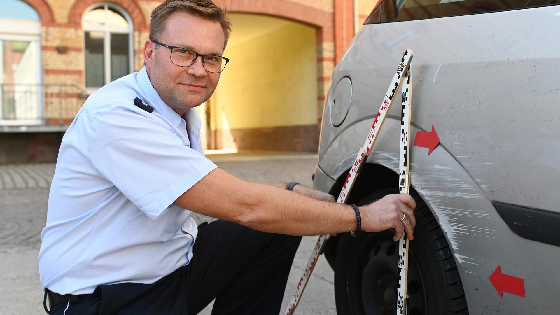 ©ARTIS-Uli Deck// 08.09.2020 Herr Antoni, Polizist beim Polizeipräsidium Karlsruhe, zeigt einen Unfallschaden an einem Pkw. -Copyright -ARTIS-ULI DECK Werrabronner Strasse 19  D-76229 KARLSRUHE TEL:  0049 (0) 721-84 38 77  FAX:  0049 (0) 721 84 38 93   Mobil: 0049 (0) 172 7292636 E-Mail:  deck@artis-foto.de www.artis-foto.de Veroeffentlichung nur gegen Honorar nach MFM zzgl. gesetzlicher. Mehrwertsteuer, kostenfreies Belegexemplar und Namensnennung: ARTIS-Uli Deck.  Es gelten meine AGB., abzurufen unter :    http://artis-foto.de/agb01_2008_DE.pdf