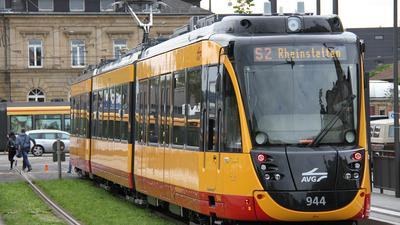 Eine Straßenbahn der Linie S2 fährt in Karlsruhe. (Symbolbild)