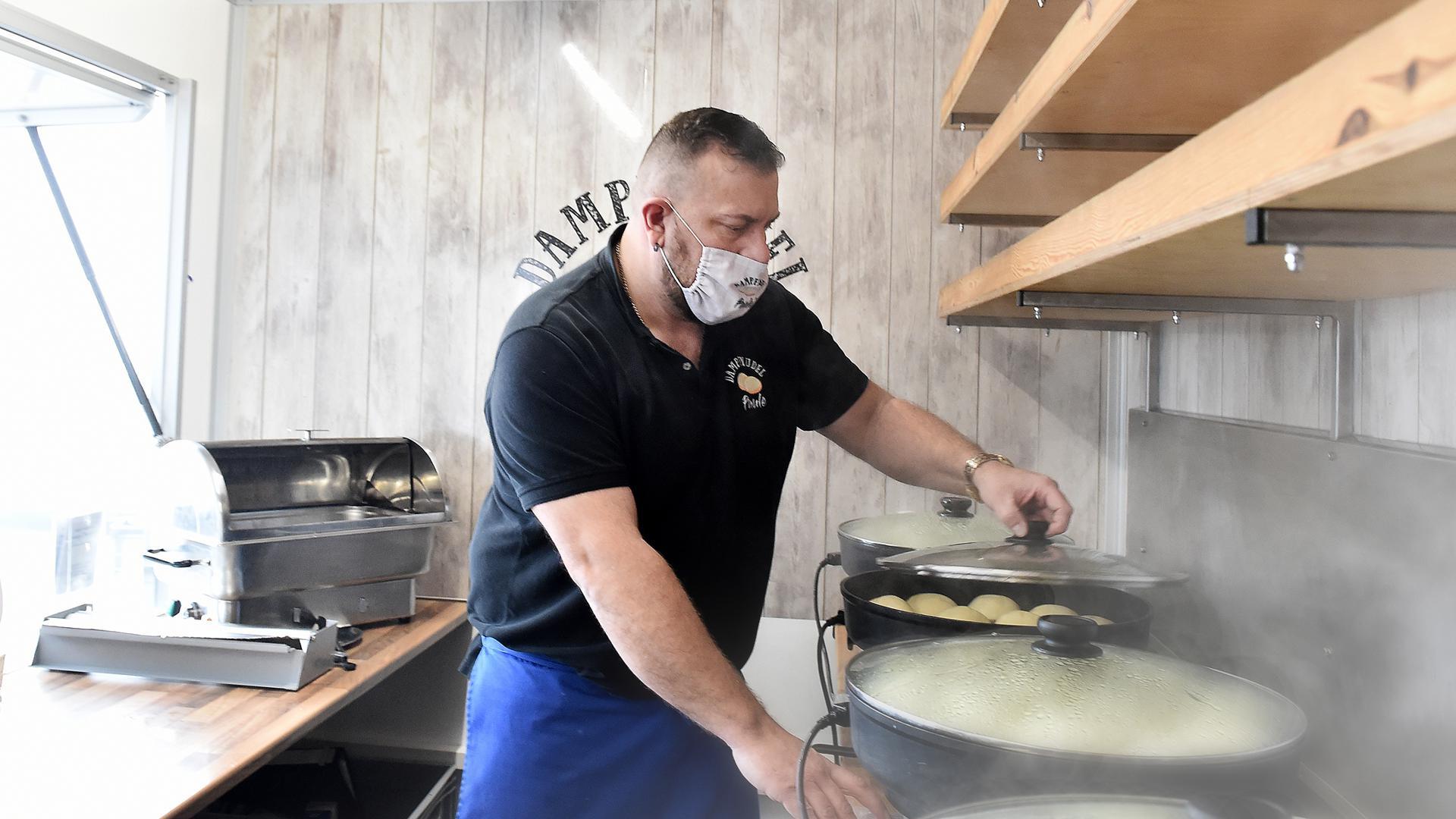 Foodtruck: Mario Fröhlich stellt seine Dampfnudeln frisch an dem Ort her, an dem sich sein Foodtruck gerade befindet - mit denselben Methoden, wie er es schon aus der Kindheit von der Oma kennt.