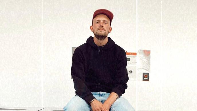 Im Waschsalon in Berlin: Auch das gehört dazu, wenn man so lange weg aus Karlsruhe ist, wie Alessandro Pola.