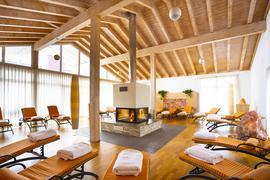 """Entspannen im Schwarzwald: Das Hotel """"Alpenblick"""" hat einen großen Wellnessbereich, hier der Ruheraum mit offenem Kamin."""