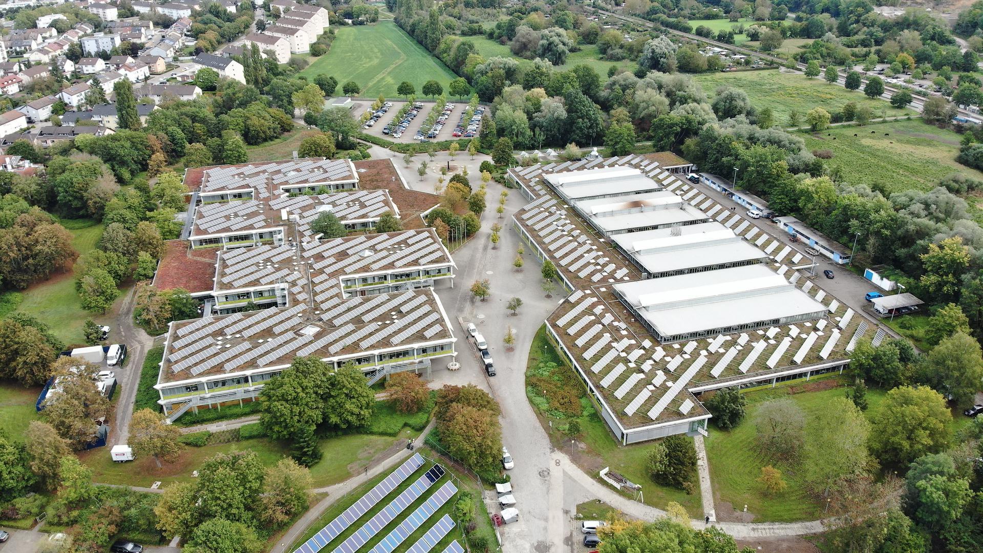 Auf dem weitläufigen Gelände der Balthasar Neumann Schulen präsentieren am 16. Oktober circa 40 Unternehmen ihre Angebote und Informationen.