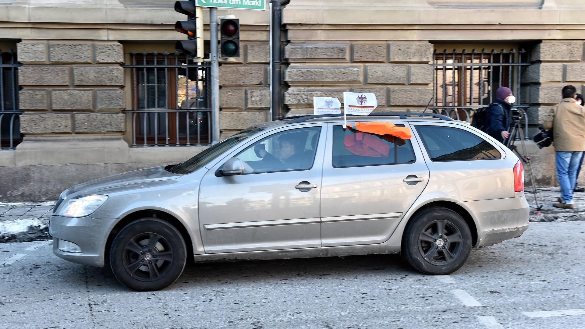 Mit wehenden Fahnen macht der Autofahrer seinem Ärger Luft.