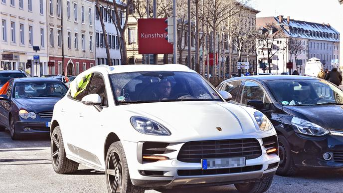 Dicht an dicht fahren die Autos von Rheinstetten nach Karlsruhe.