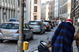 Der Autokorso verstopft die Straßen in der Innenstadt.