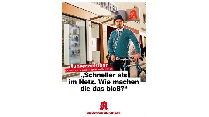 Mann mit Fahrrad vor einer Apotheke.