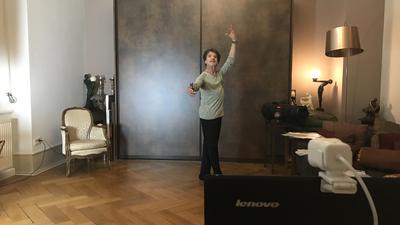 Das Wohnzimmer bleibt das Tanzstudio: Francis Meylemans macht seinen Ballettunterricht im eigenen Zuhause, genau wie seine Schüler. Wann er sie wieder persönlich im Studio in Ettlingen empfangen darf, ist unklar.