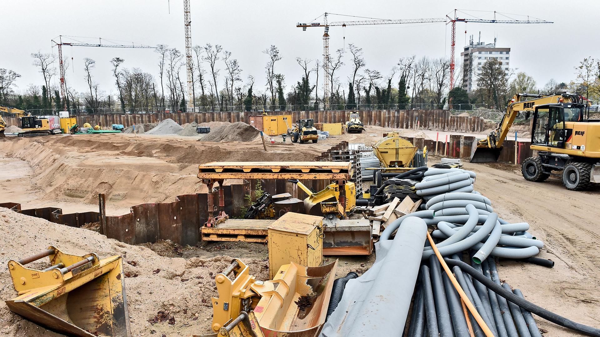 Bezahlbarer Wohnraum ist gefragt: Auf dem August-Klingler-Areal, dem ehemaligen Sportgelände des FV Daxlanden, in Karlsruhe lässt die Volkswohnung ein Wohnquartier mit etwa 360 Wohnungen errichten.