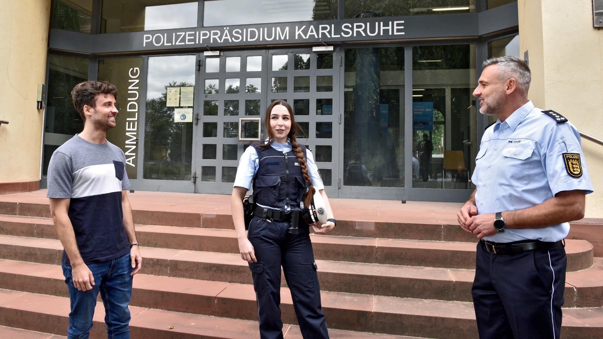 Nachwuchskräfte werden auch im Polizeipräsidium Karlsruhe gebraucht: Sebastian Bonning (links) und Clara Menke sind Polizeianwärter. Menschen wie sie will Jürgen Schöfer (rechts) für den Beruf begeistern. Das Corona-Jahr hat ihm das erschwert.