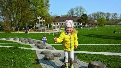 Kinder spielen auf dem Spielplatz beim Hofgut Maxau