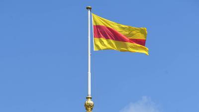 Die frühere badische Flagge ist auf dem Schloss in Karlsruhe gehisst.
