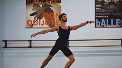 """Immer in Bewegung: Normalerweise tanzt Baris Comak vor Publikum. Für den Ballettabend """"Zukunft Choreografie"""" wechselt er die Perspektiven, ist Choreograf, Videograf und moderiert eine Talkshow."""