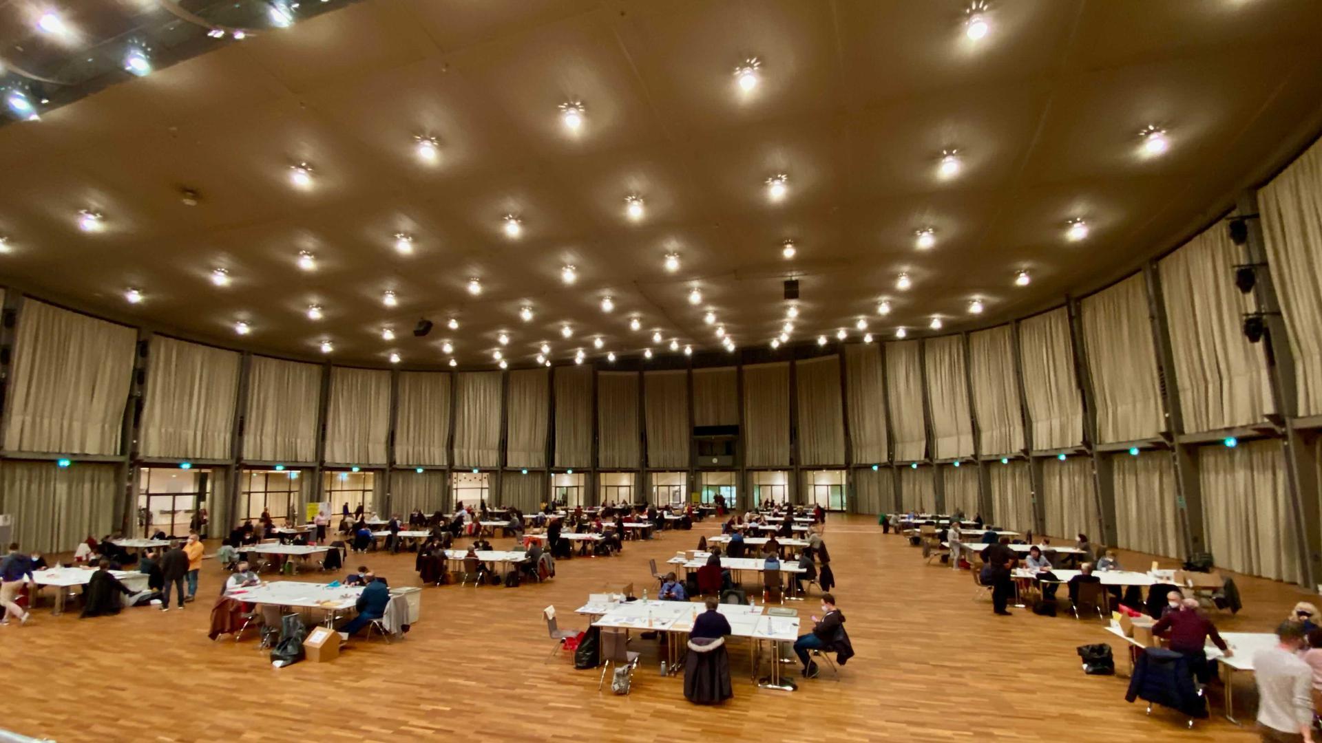 In der Schwarzwaldhalle fand die Auszählung der Briefwahlstimmen statt.