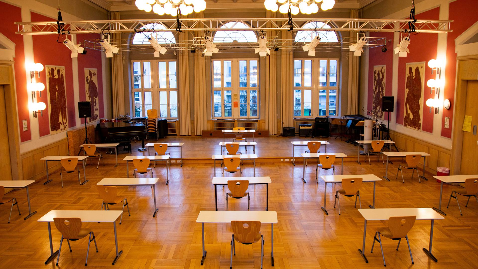 Konzerte und Veranstaltungen waren einmal: In der Aula des Bismarcks-Gymnasiums schreiben die Schüler aktuell ihre Prüfungen.