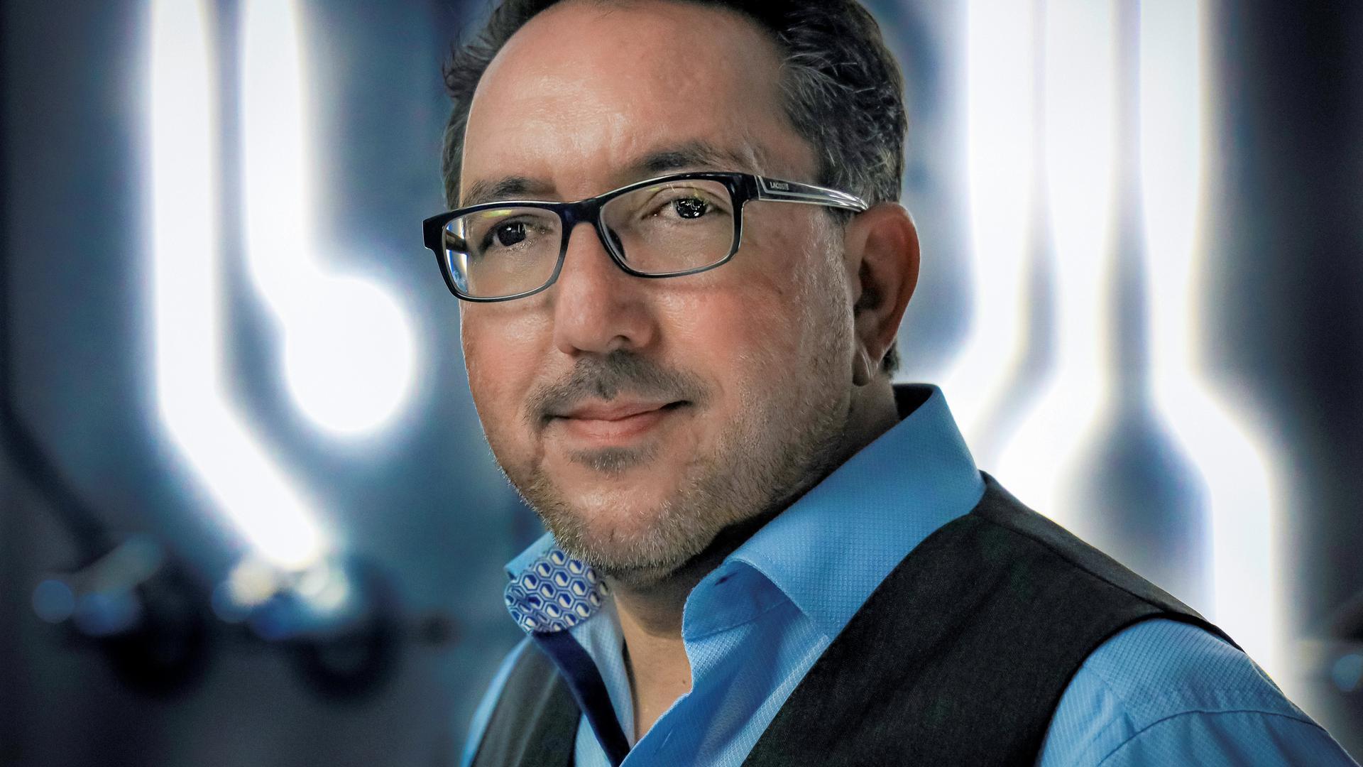Ebenfalls zu den Podiumsmitgliedern zählt Cawa Younosi, Personalchef und Mitglied der Geschäftsführung von SAP Deutschland. Der studierte Jurist machte sich als renommierter Arbeitsrechtler einen Namen, bevor er zu dem Walldorfer IT-Unternehmen kam.
