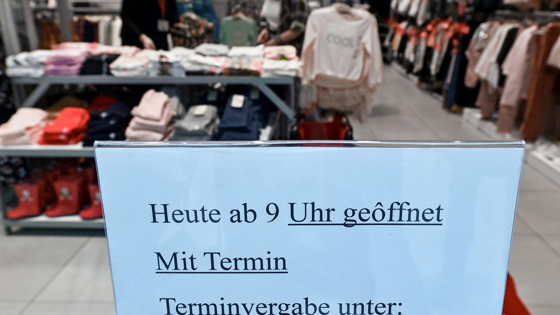 """Geöffnet mit Einschränkungen: Einzelhändler dürfen jetzt wieder """"Click&Meet"""", also Einkaufen mit Termin anbieten."""