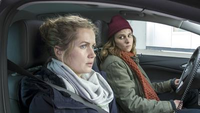"""Cornelia Gröschel als """"Tatort""""-Kommissarin Leonie """"Leo"""" Winkler (links) mit ihrer Kollegin Karin Hanczewski im neuen Dresdner """"Tatort: Rettung so nah""""."""