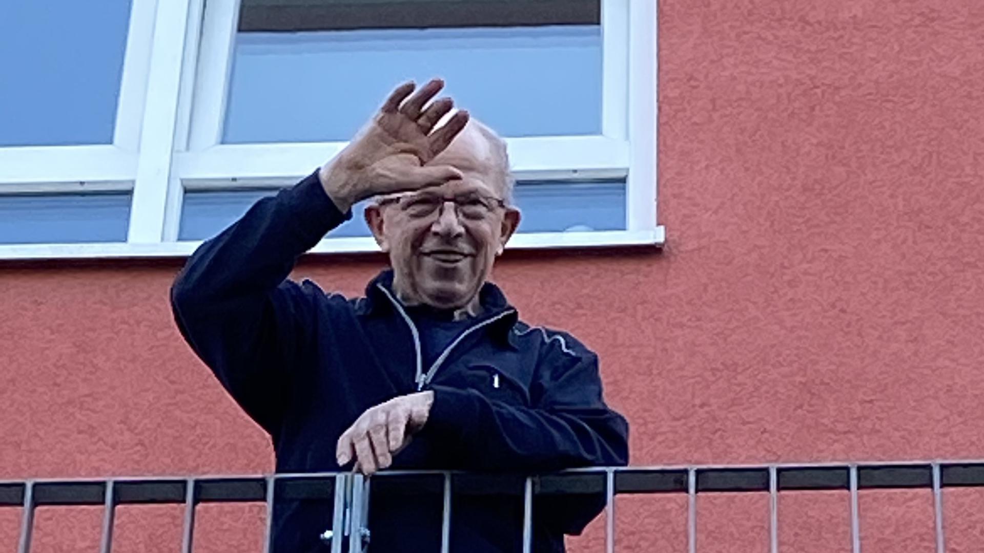 Winken statt umarmen: Franz Wenz lebt im Pflegeheim, das unter Quarantäne steht, und kann an seinem 60. Hochzeitstag seiner Frau Heide nur vom Balkon aus zuwinken.