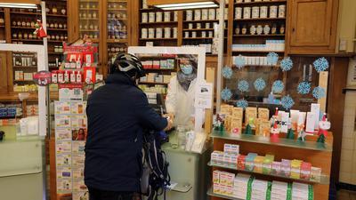 In einer Karlsruher Apotheke kauft ein Kunde ein.