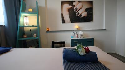Auf dem Foto ist schwach beleuchtetes Zimmer mit Bett und Regal zu erkennen.