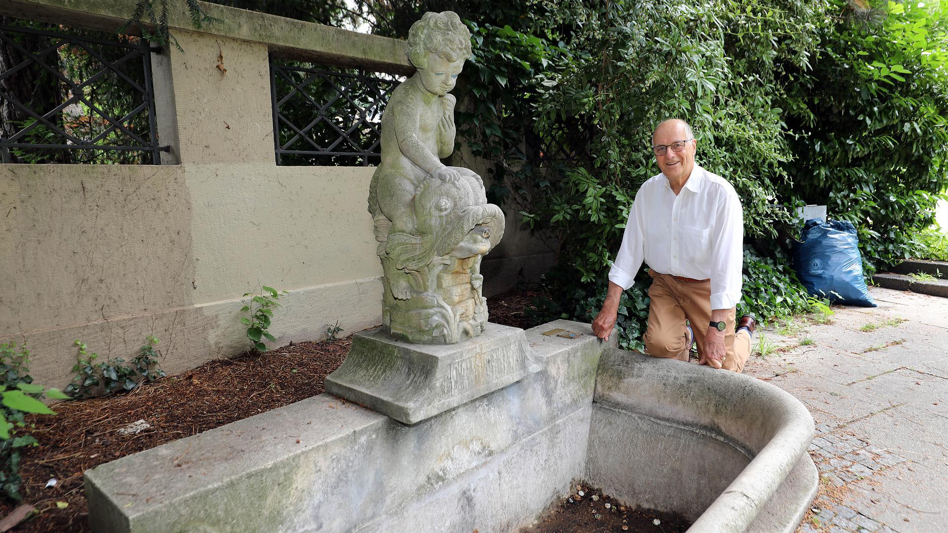 Ein Mann vor einem Brunnen