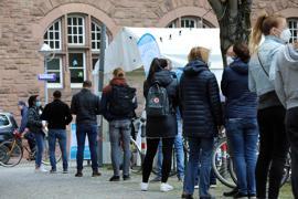 Corona-Schnell-Test am Gutenbergplatz.