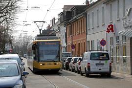 Straßenbahn Linie 6 in Karlsruhe-Daxlanden.