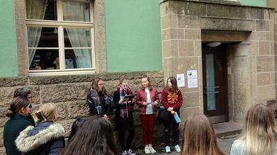 Vier Mädchen stehen nebeneinander und lesen vor