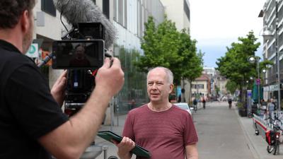 Genau im Bild: Kameramann Andreas Tonndorf filmt den Karlsruhe-Experten Bernd Hettlage beim Obelisken.