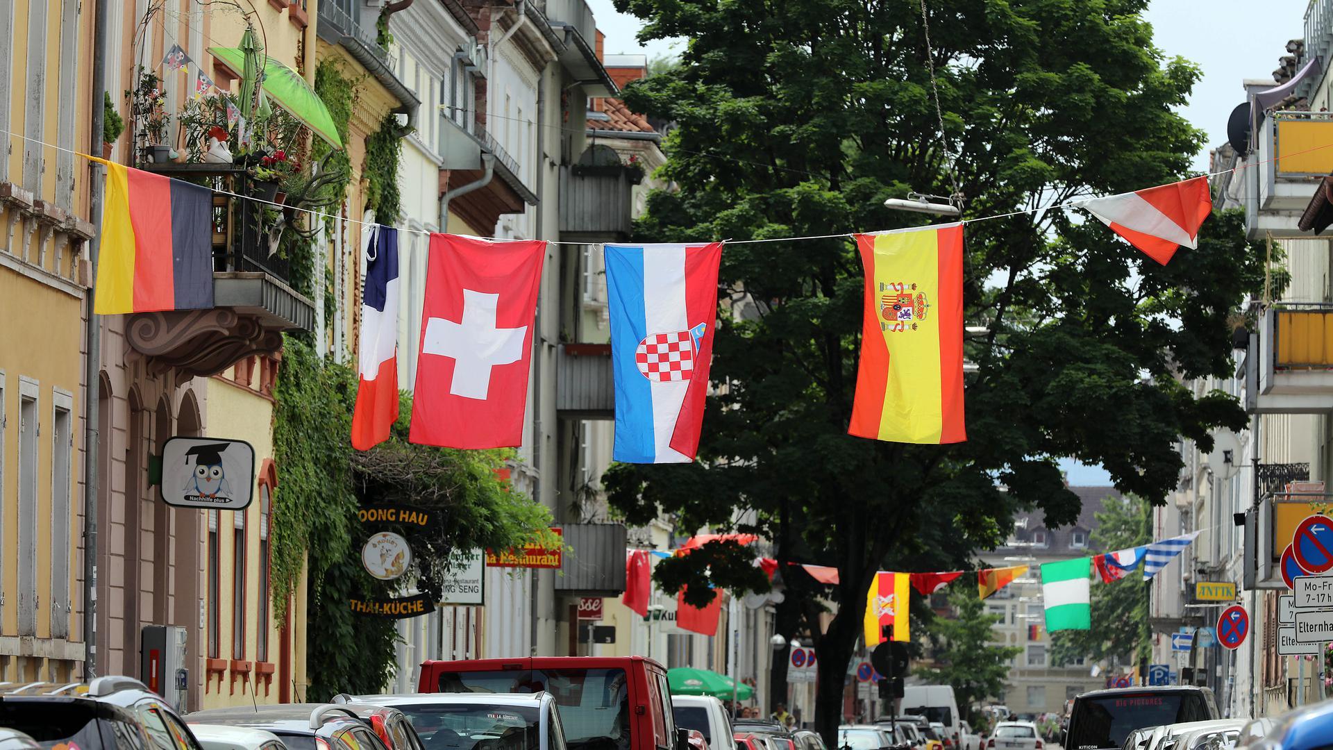 EM-Fahnen hängen über der Straße