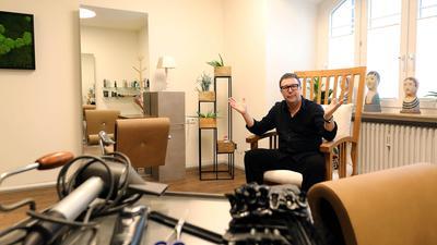 Es ist angerichtet: Thilo Rothweiler, Obermeister der Friseurinnung Karlsruhe-Bretten, freut sich, ab Montag wieder Kunden empfangen zu können..