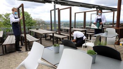 Aufräumen und putzen: Das Team vom Restaurant Anders auf dem Turmberg beginnt mit den Vorbereitungen für die nahende Wiedereröffnung.