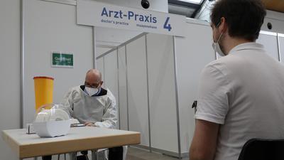 © Jodo-Foto /  Joerg  Donecker// 27.12.2020 Start der Impfungen gegen d. Corona-Virus im Impfzentrum Karlsruhe in der Messe Karlsruhe,  FOTO: DR. PHILIPP MORAKIS impft Patient,                 -Copyright - Jodo-Foto /  Joerg  Donecker Sonnenbergstr.4 ?D-76228 KARLSRUHE TEL:  0049 (0) 721-9473285?FAX:  0049 (0) 721 4903368 ?Mobil: 0049 (0) 172 7238737?E-Mail:  joerg.donecker@t-online.de?Sparkasse Karlsruhe  IBAN: DE12 6605 0101 0010 0395 50, BIC: KARSDE66XX?Steuernummer 34140/28360?Veroeffentlichung nur gegen Honorar nach MFM?zzgl. ges. Mwst.  , Belegexemplar?und Namensnennung. Es gelten meine AGB.?