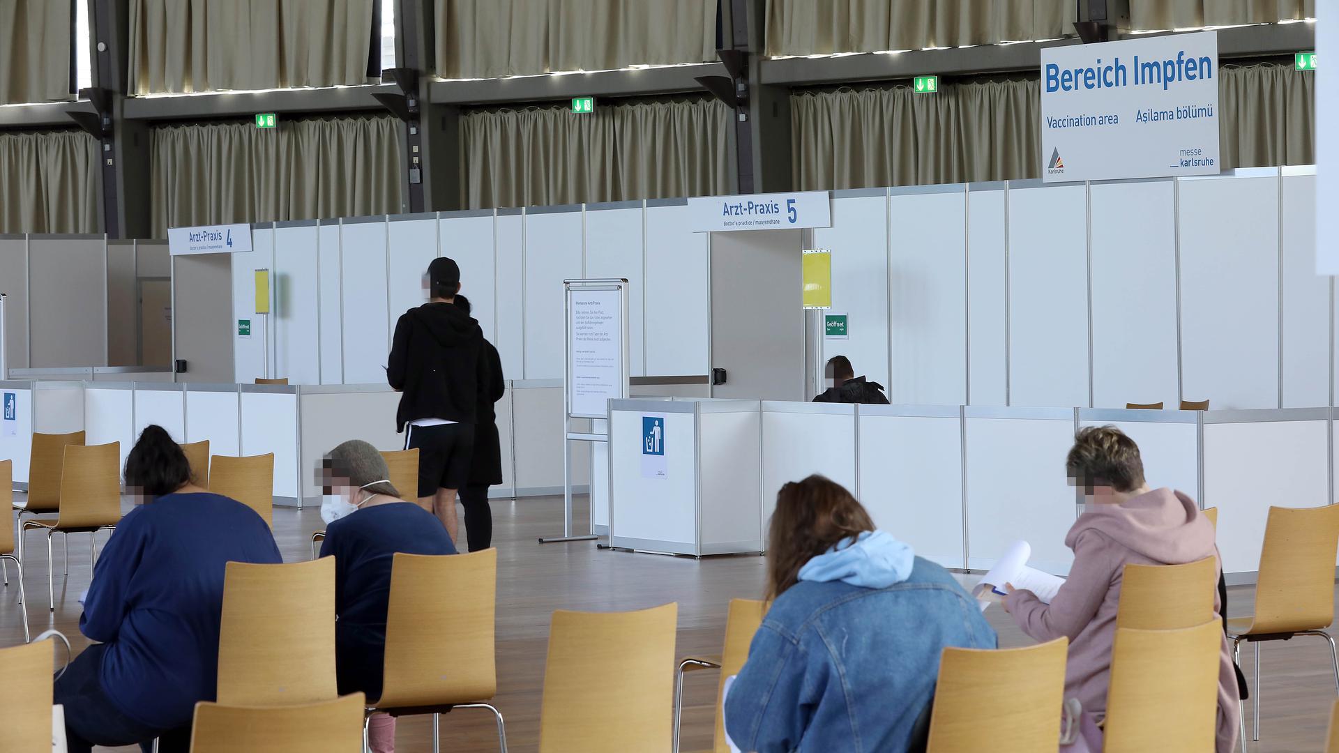 © Jodo-Foto /  Joerg  Donecker//  22.04.2021 Impfzentrum in der Schwarzwaldhalle,                  -Copyright - Jodo-Foto /  Joerg  Donecker Sonnenbergstr.4  D-76228 KARLSRUHE TEL:  0049 (0) 721-9473285 FAX:  0049 (0) 721 4903368  Mobil: 0049 (0) 172 7238737 E-Mail:  joerg.donecker@t-online.de Sparkasse Karlsruhe  IBAN: DE12 6605 0101 0010 0395 50, BIC: KARSDE66XX Steuernummer 34140/28360 Veroeffentlichung nur gegen Honorar nach MFM zzgl. ges. Mwst.  , Belegexemplar und Namensnennung. Es gelten meine AGB.