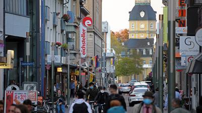 Blick in die Karlsruhe Waldstraße am ersten Tag des zweiten Corona-Lockdowns. Es sind viele Menschen unterwegs.