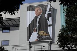 Filmplakat des neuen James Bond am Gebäude des Filmpalasts in Karlsruhe