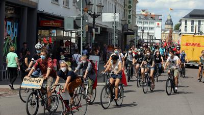 Ein Zeichen für den Klimaschutz: Das Klimakollektiv Karlsruhe veranstaltete am Samstag eine Aktion mit gemeinsamer Fahrradtour. Grund dafür waren die steigenden Preise für die Bus- und Bahntickets in Karlsruhe.