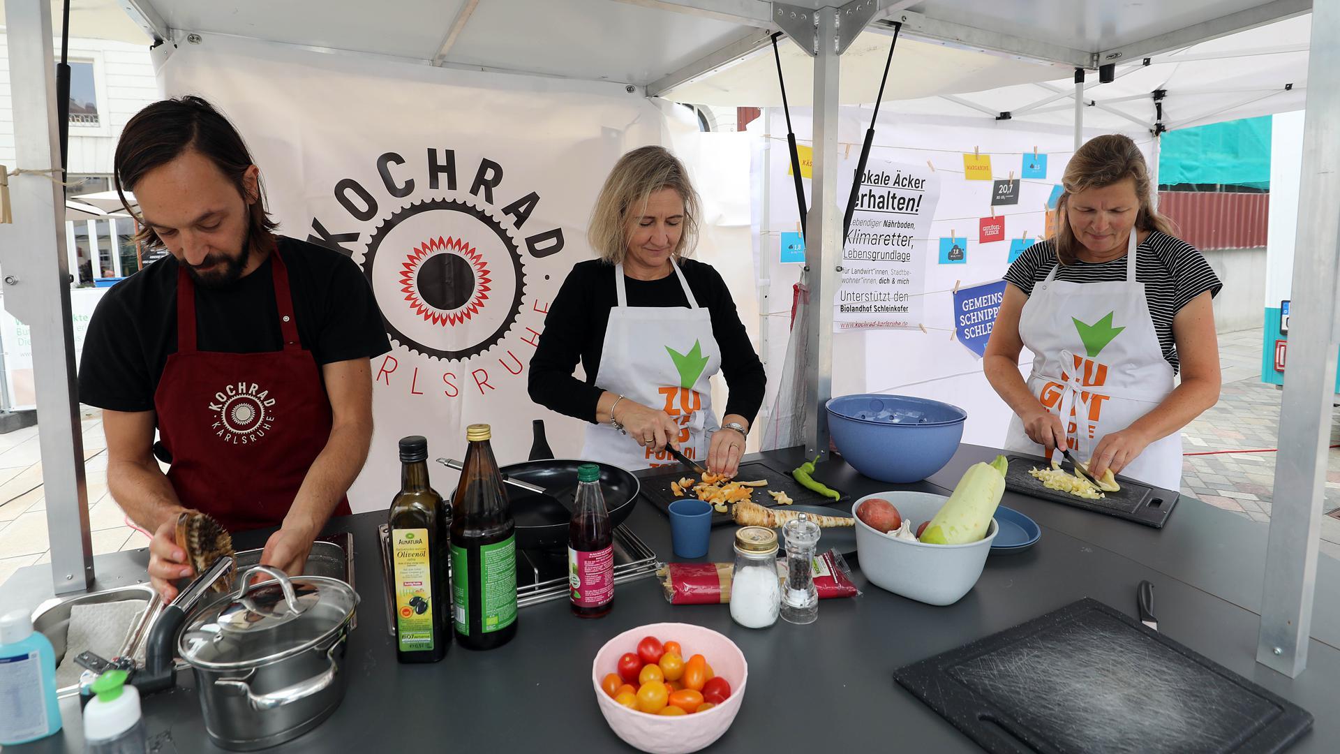 Zuccini, Paprika und Co: Ronny Holzmüller und seine Assistentinnen Iris und Sabine (von links) bereiten am Mittwoch auf dem Abendmarkt ein Gemüsepfännchen zu.