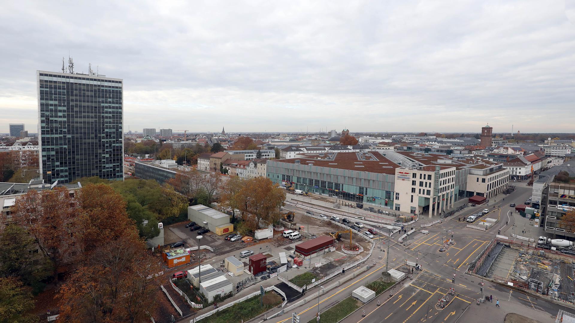 Der Neubau muss ins Bild passen: Neben der Sichtachse wünscht sich die Stadt auch, dass das Landratsamt künftig zur Kriegsstraße offener wird.