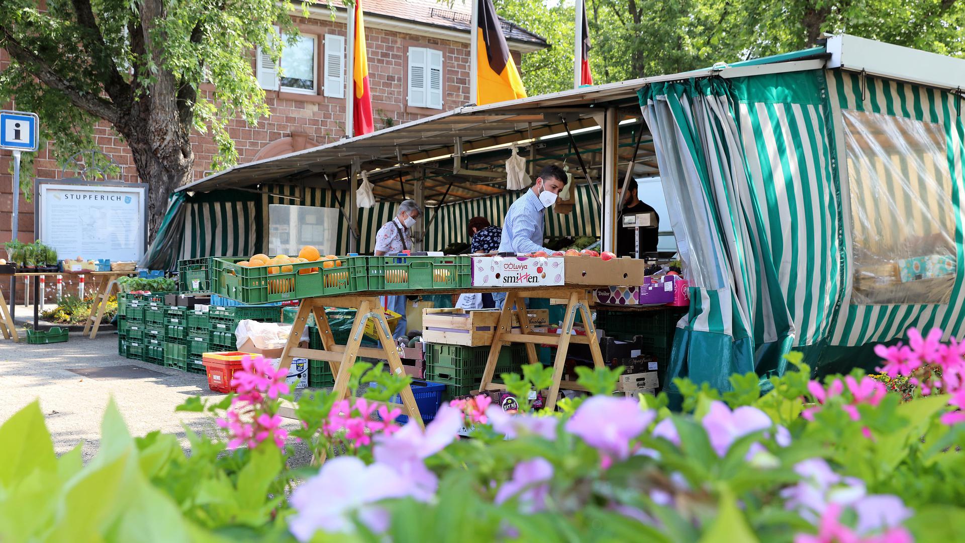© Jodo-Foto /  Joerg  Donecker// 20.07.2021 Marktstand in Stupferich beim Rathaus / Gemeindezentrum,                                                               -Copyright - Jodo-Foto /  Joerg  Donecker Sonnenbergstr.4  D-76228 KARLSRUHE TEL:  0049 (0) 721-9473285 FAX:  0049 (0) 721 4903368  Mobil: 0049 (0) 172 7238737 E-Mail:  joerg.donecker@t-online.de Sparkasse Karlsruhe  IBAN: DE12 6605 0101 0010 0395 50, BIC: KARSDE66XX Steuernummer 34140/28360 Veroeffentlichung nur gegen Honorar nach MFM zzgl. ges. Mwst.  , Belegexemplar und Namensnennung. Es gelten meine AGB.