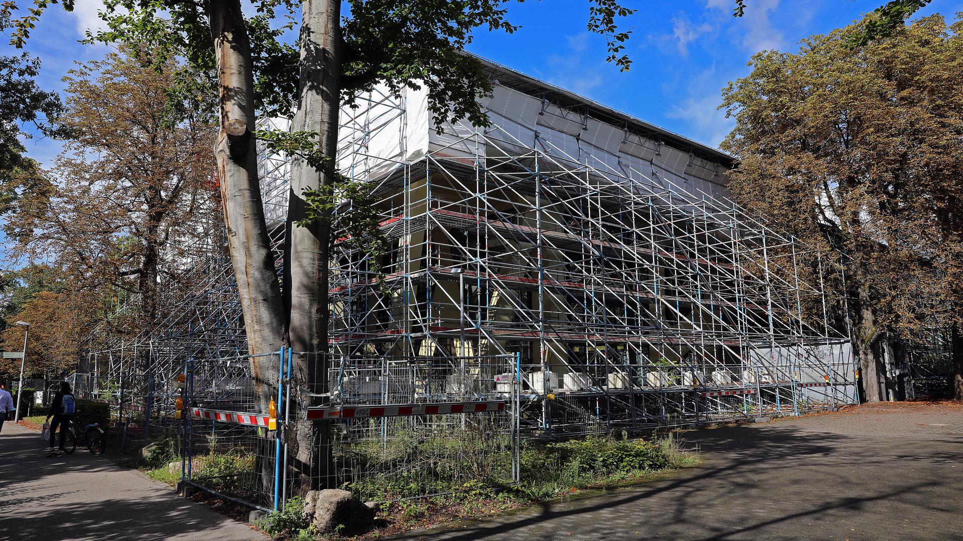 Die Mensa Moltke im Westen der Stadt ziert seit drei Jahren ein Baugerüst.