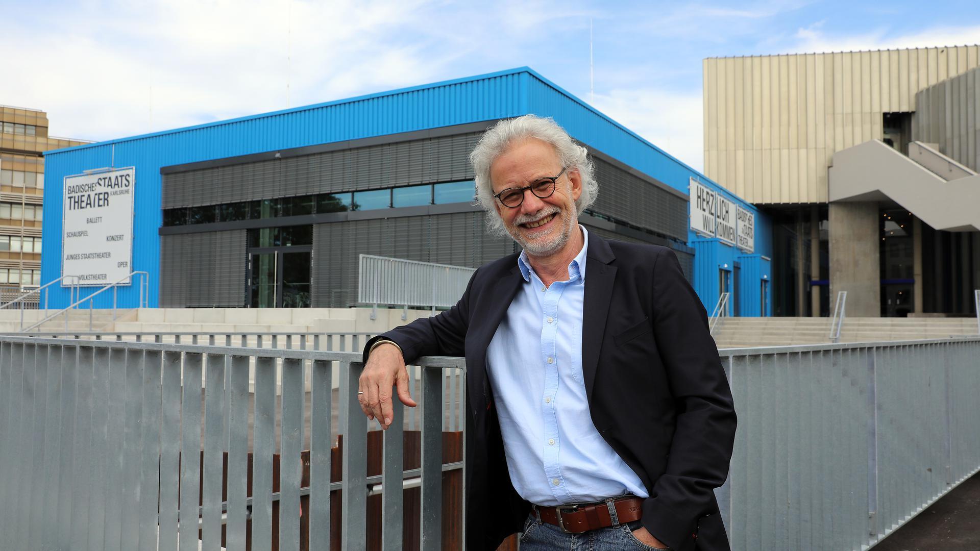 Ulrich Peters, Interims-Intendant, steht vor dem Badischen Staatstheater Karlsruhe.