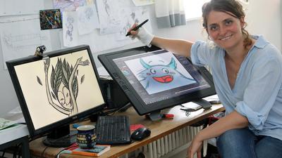 Eine Frau vor einem PC mit Zeichenstift
