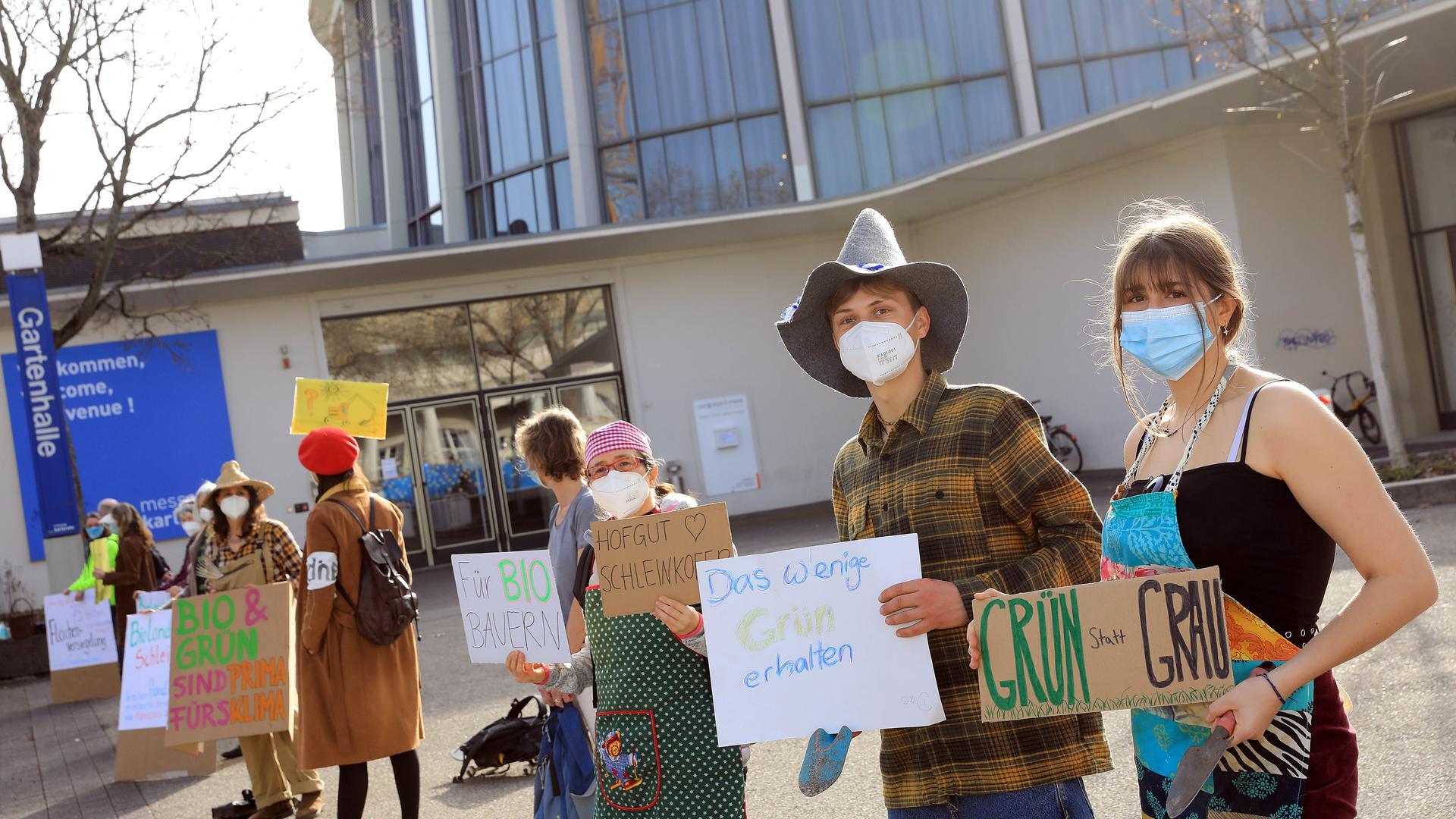 Probiotischer Protest: Rund 20 Unterstützer des Bio-Bauernhofs Schleinkofer demonstrieren gegen Flächenfraß.