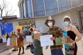 © Jodo-Foto /  Joerg  Donecker// 23.02.2021 Protestaktion vor dem Gemeinderat in der Gartenhalle: Oekologische Landwirschaft erhalten / Schleinkofer,         -Copyright - Jodo-Foto /  Joerg  Donecker Sonnenbergstr.4 D-76228 KARLSRUHE TEL:  0049 (0) 721-9473285FAX:  0049 (0) 721 4903368 Mobil: 0049 (0) 172 7238737E-Mail:  joerg.donecker@t-online.deSparkasse Karlsruhe  IBAN: DE12 6605 0101 0010 0395 50, BIC: KARSDE66XXSteuernummer 34140/28360Veroeffentlichung nur gegen Honorar nach MFMzzgl. ges. Mwst.  , Belegexemplarund Namensnennung. Es gelten meine AGB.
