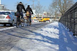 Zwei Radfahrerinnen fahren über eine Brücke