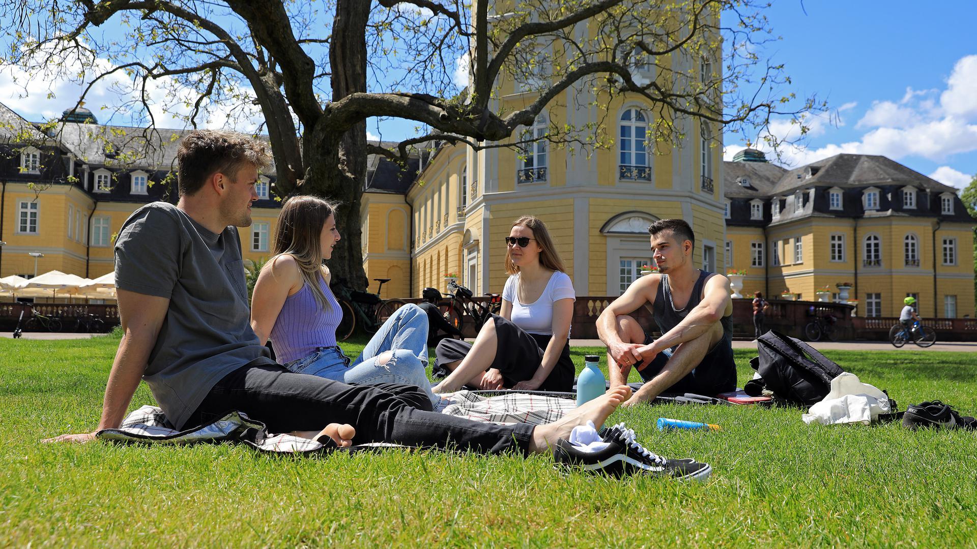 Lorena und Simon (vorne) sowie Doro und Josia im Karlsruher Schlossgarten.