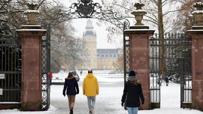 Das Winterland in der Stadt zieht die Menschen an: Zahlreiche Spaziergänger sind am Sonntag in den Parks in Karlsruhe durch den liegengebliebenen Schnee gewandert.