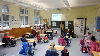 © Jodo-Foto /  Joerg  Donecker// 1.03.2021 Grundschule Hagsfeld, Foto:  Wechselunterricht mit re. Natalie Engelsdorf, li. Schulleiterin Frau Bauernfeind,  -Copyright - Jodo-Foto /  Joerg  Donecker Sonnenbergstr.4 D-76228 KARLSRUHE TEL:  0049 (0) 721-9473285FAX:  0049 (0) 721 4903368 Mobil: 0049 (0) 172 7238737E-Mail:  joerg.donecker@t-online.deSparkasse Karlsruhe  IBAN: DE12 6605 0101 0010 0395 50, BIC: KARSDE66XXSteuernummer 34140/28360Veroeffentlichung nur gegen Honorar nach MFMzzgl. ges. Mwst.  , Belegexemplarund Namensnennung. Es gelten meine AGB.