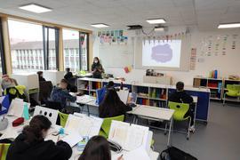 Schüler sitzen in der Drais-Gemeinschaftsschule in Karlsruhe im Unterricht